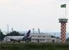 Airbus A319-132, HC-CPZ, da LATAM Airlines Ecuador, estacionado em frente a alfândega. (21/03/2019)