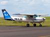 Cessna 152 II, PR-EJV, da EJ Escola de Aviação Civil, taxiando no aeroporto de São Carlos. (28/03/2013)
