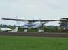 Cessna Skylane decolando.
