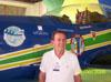Brigadeiro Fernando César, ex-fumaceiro, ao lado de um T-27 Tucano.