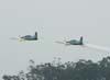 Decolagem de dois Embraer T-27 Tucano da Esquadrilha da Fumaça. A esquerda, o FAB 1329, aeronave número 2, e a direita, o FAB 1435, aeronave número 3.