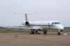 Casal de seriemas andando em frente ao Embraer ERJ-145 ER, C-99A, FAB 2524, aeronave que operou na Rio-Sul com o prefixo PT-SPF, e era apelidado de JetClass.