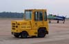 Trator United Tractor, usado para puxar e empurrar aeronaves e a carreta com o gerador.