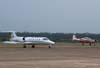 A esquerda, o VU-35 A, Learjet 35, FAB 2712, e a direita, o Embraer T-27 Tucano, FAB 1386, da Academia da Força Aérea.