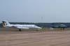A esquerda, o VU-35 A, Learjet 35, FAB 2712, e a direita, o Embraer T-27 Tucano, FAB 1358, aeronave número 2 da Esquadrilha da Fumaça.