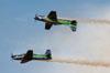 Dois T-27 Tucanos da Esquadrilha da Fumaça realizando o espelho. Foto: Carlos Patrício.