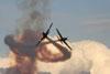 Dois T-27 Tucanos da Esquadrilha da Fumaça após o cruzamento. Foto: Carlos Patrício.