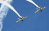 Dois T-27 Tucanos da Esquadrilha da Fumaça saindo de um looping. Foto: Carlos Patrício.