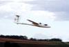 Planador Jantar SZD-48-3, PT-PLY, pilotado por Lídio Bertolini Neto, fazendo uma passagem rasante no aeroporto de Rio Claro. Foto: Carlos Patrício.