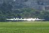 Aviões da Esquadrilha da Fumaça alinhando na pista para decolar.