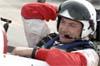 O inglês Paul Bonhomme comemorando a vitória no cockpit do Edge 540 número 55.